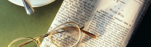 newspaper_coffee_cup_spoon_sunglasses_news_cup_holder_84893_3840x1200